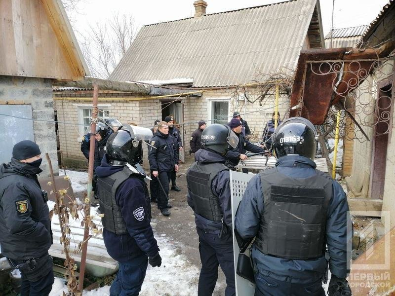 В Кривом Роге несколько десятков полицейских задерживали мужчину с серпом и топором, - ФОТО, фото-7