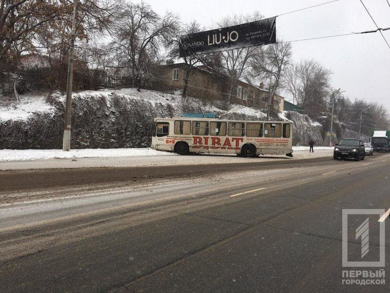 В Кривом Роге троллейбус с пассажирами вынесло на обочину, - ФОТО, фото-4