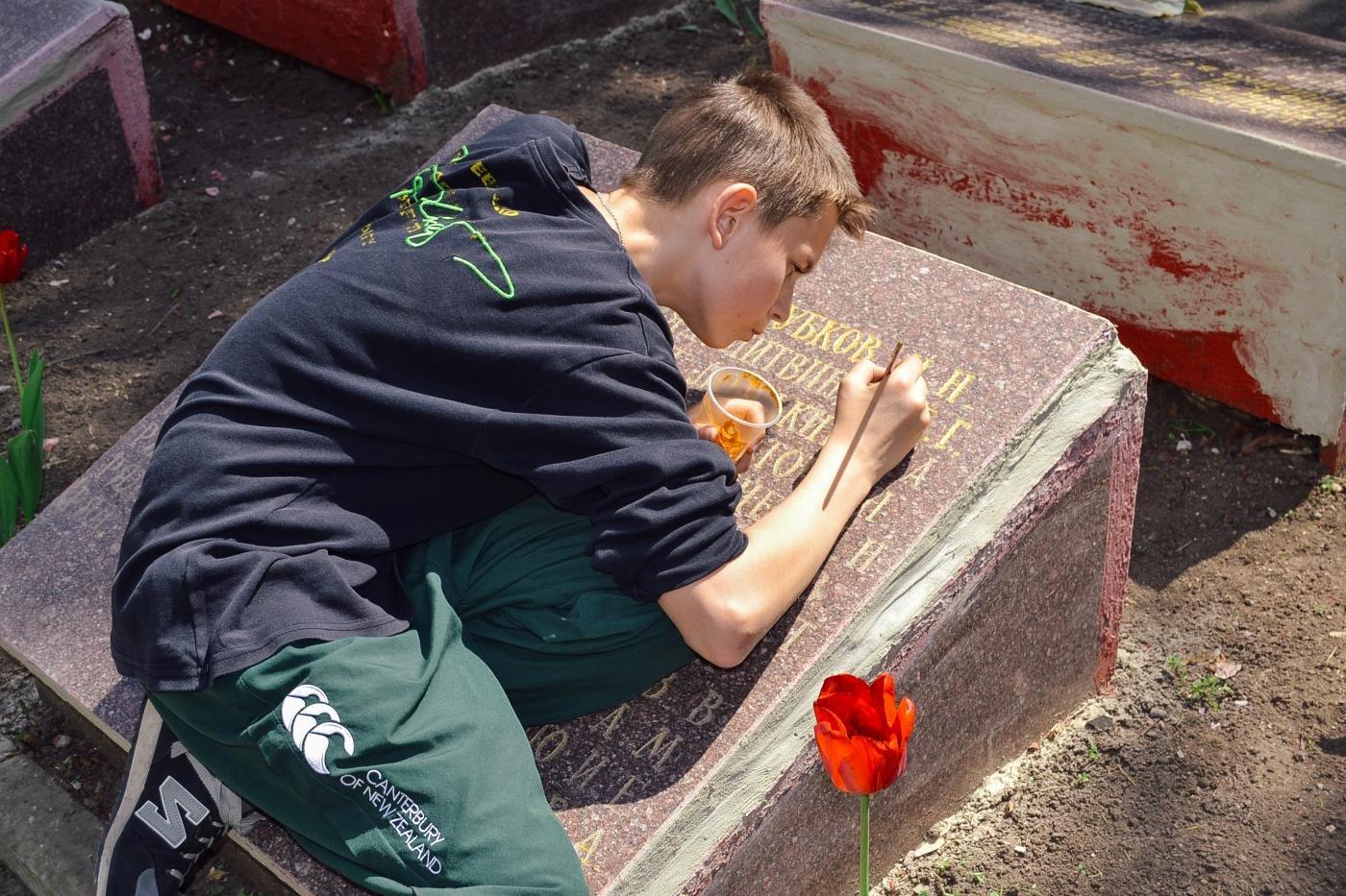 Криворожане собственными силами привели в порядок братскую могилу ВМВ, - ФОТО , фото-10