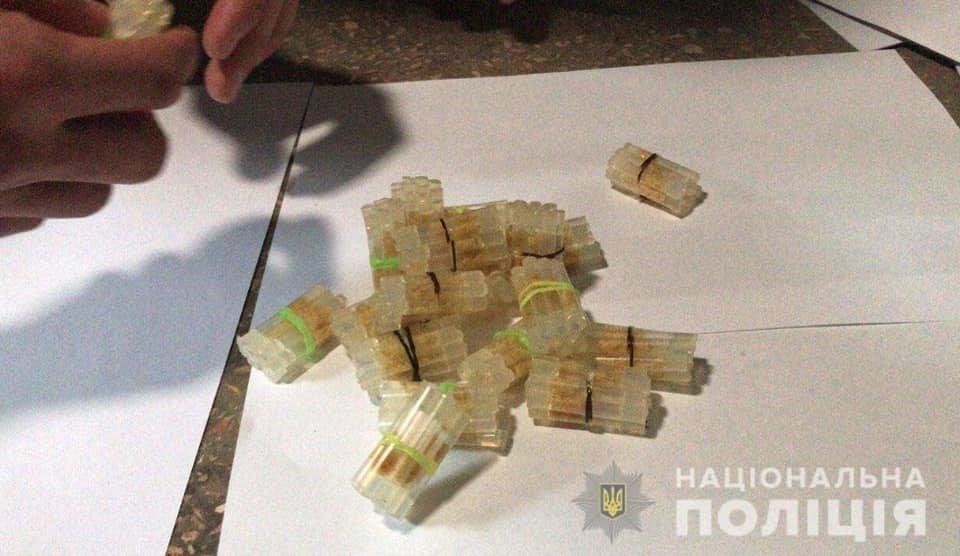 """Двое криворожан """"нашли"""" в подъезде 200 трубочек с """"феном"""" и 35 пакетиков с """"травкой"""", - ФОТО , фото-2"""