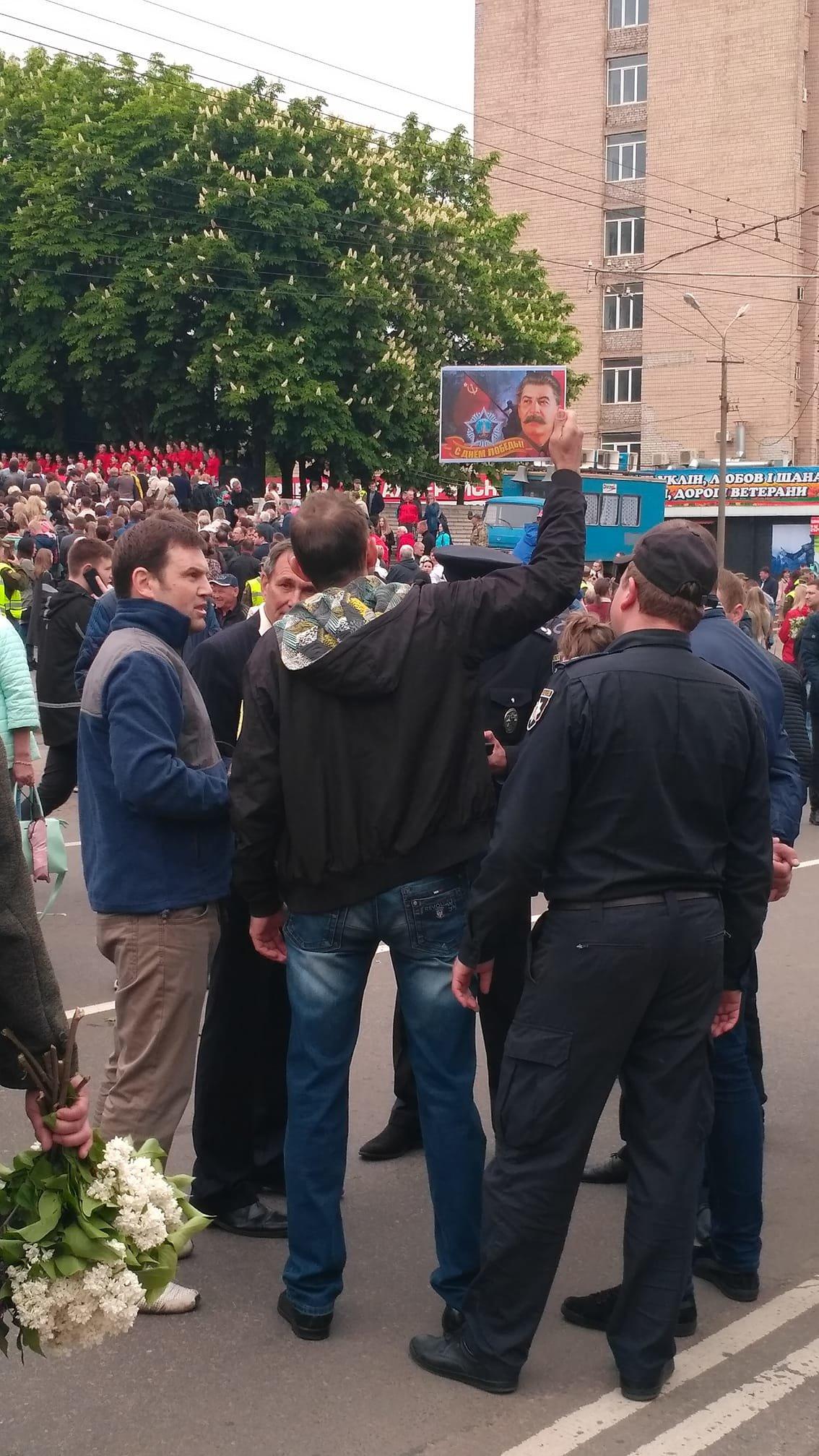 В День победы криворожанин пришел на торжество с портретом Сталина, - ФОТО, фото-1