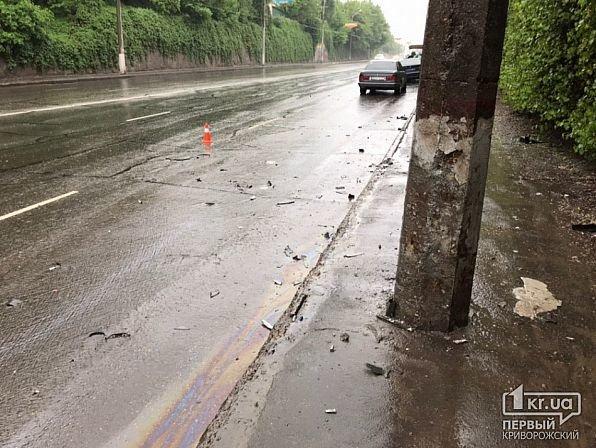 На мокрой дороге в Кривом Роге иномарку занесло в столб, - ФОТО, фото-9