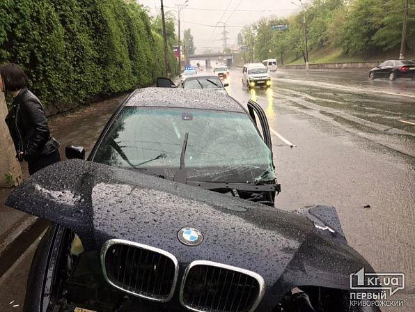 На мокрой дороге в Кривом Роге иномарку занесло в столб, - ФОТО, фото-1
