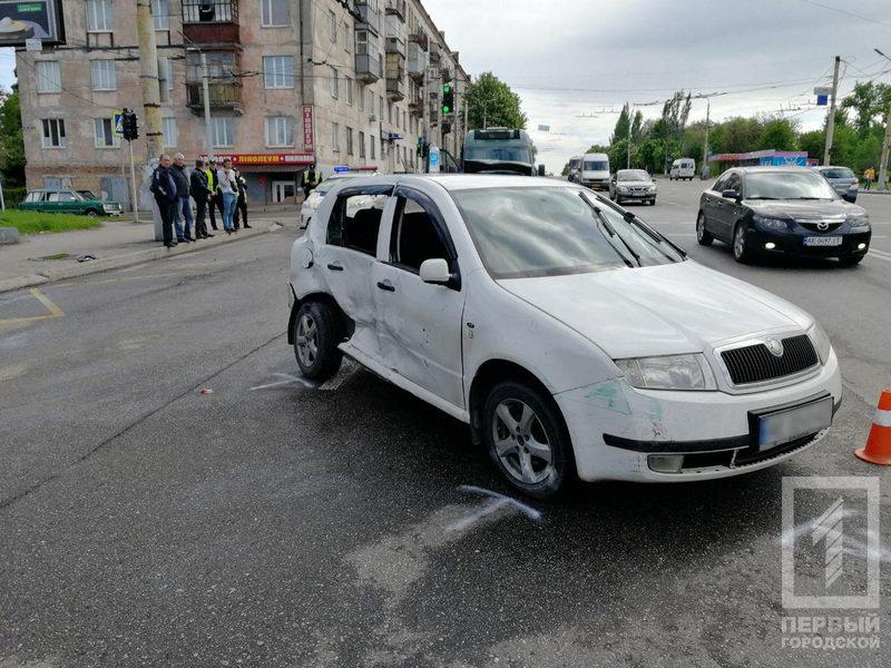 В Кривом Роге столкнулись микроавтобус и легковушка. Один из водителей пострадал, - ФОТО, фото-1