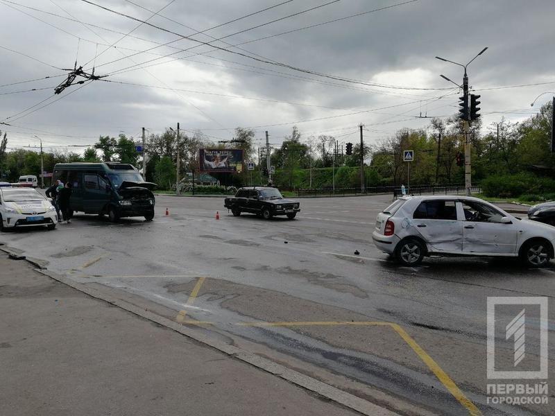 В Кривом Роге столкнулись микроавтобус и легковушка. Один из водителей пострадал, - ФОТО, фото-2