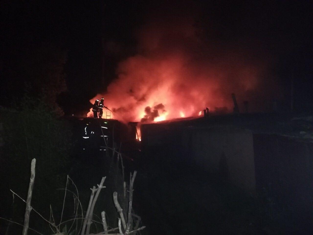 В Кривом Роге ночью сгорело несколько хозяйственных сооружений, - ФОТО , фото-3