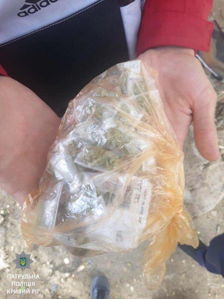 У молодого криворожанина, который сильно нервничал при виде копов, нашли наркотики, - ФОТО, фото-2