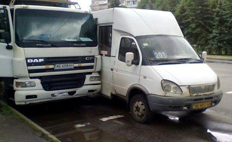 В Кривом Роге маршрутка столкнулась с фурой: травмирована женщина-пассажир, - ФОТО , фото-2