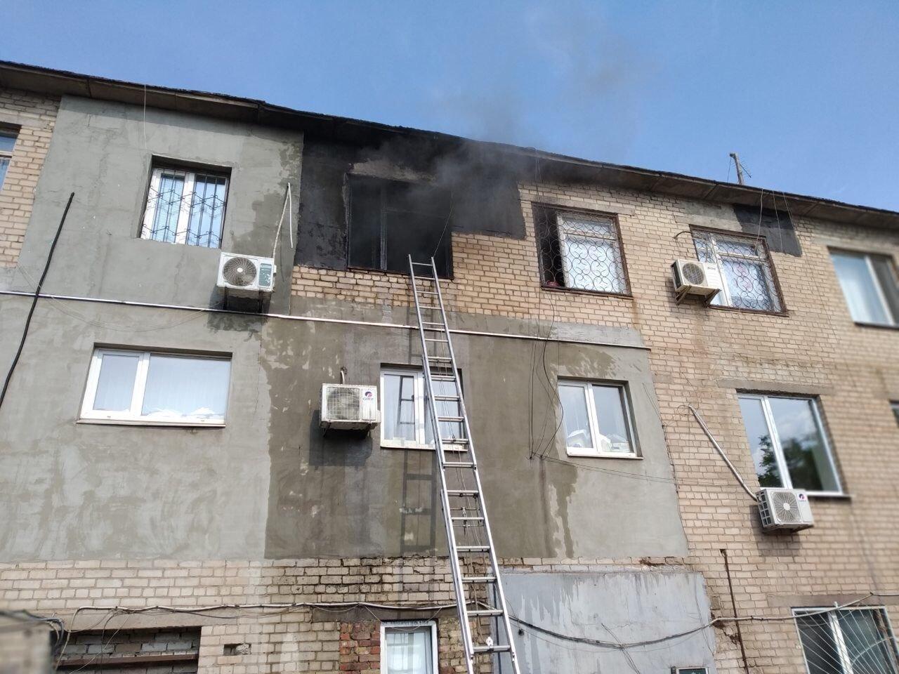 Во время пожара в центре Кривого Рога пострадал 1 человек, еще двоих удалось спасти, - ФОТО , фото-2