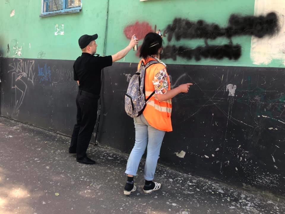 Криворожские полицейские закрасили рекламу наркотиков на домах, - ФОТО , фото-2