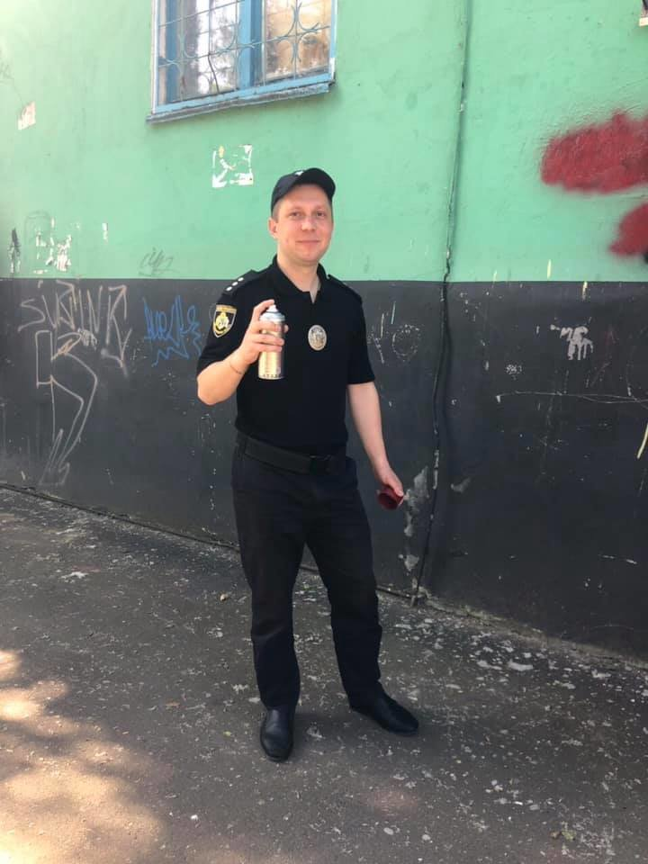 Криворожские полицейские закрасили рекламу наркотиков на домах, - ФОТО , фото-1