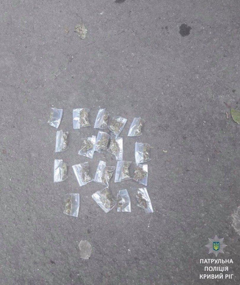 """Криворожские патрульные выявили у нескольких горожан наркотики - """"травку"""", """"фен"""", - ФОТО , фото-1"""