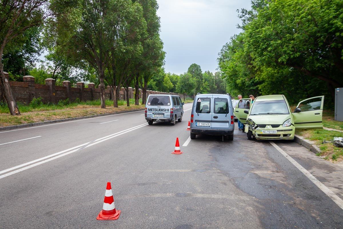На Криворожской трассе Opel въехал в припаркованный Mitsubishi, - ФОТО , фото-2