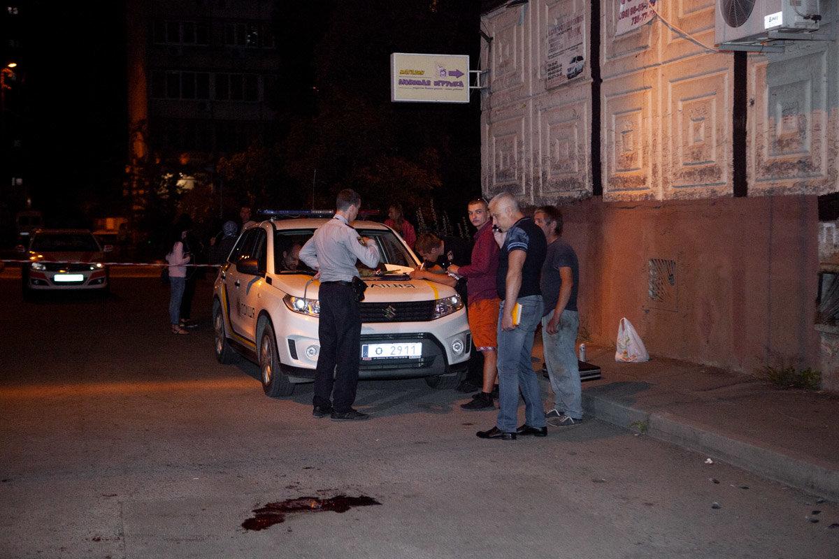 """Полиция разыскивает людей, которые напали на """"ВДВшника"""" и порезали ему горло, - ФОТО, ВИДЕО 18+, фото-1"""