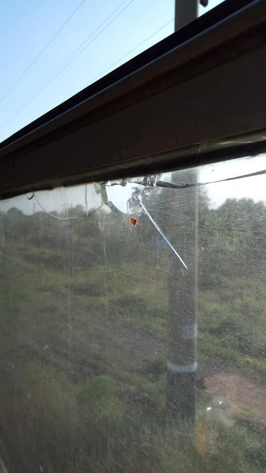 Под Кривым Рогом дети забросали камнями электричку. Разбиты окна, - ФОТО
