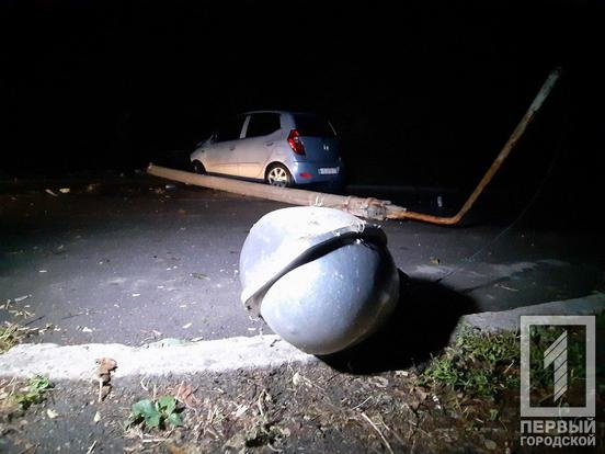 "В Кривом Роге ""Hyundai"" снес столб: электроопора раздавила машину и травмировала мужчину, - ФОТО, фото-3"
