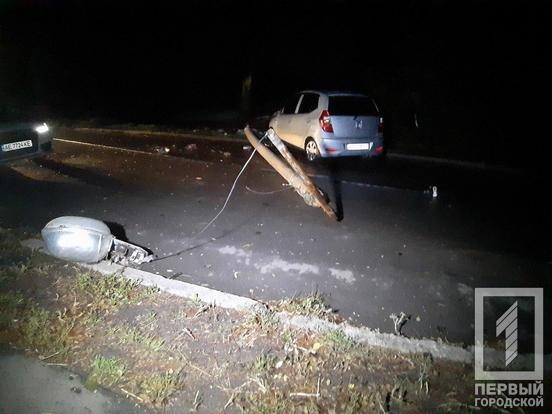 "В Кривом Роге ""Hyundai"" снес столб: электроопора раздавила машину и травмировала мужчину, - ФОТО, фото-4"