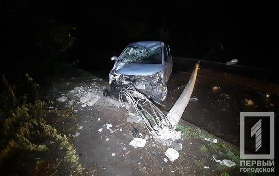 "В Кривом Роге ""Hyundai"" снес столб: электроопора раздавила машину и травмировала мужчину, - ФОТО, фото-7"