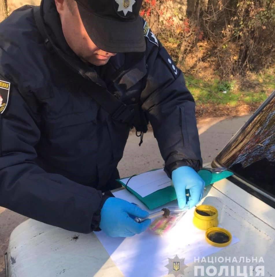 У наркоторговца на ВАЗе криворожские полицейские нашли тысячи контейнеров с наркотиками, фото-3