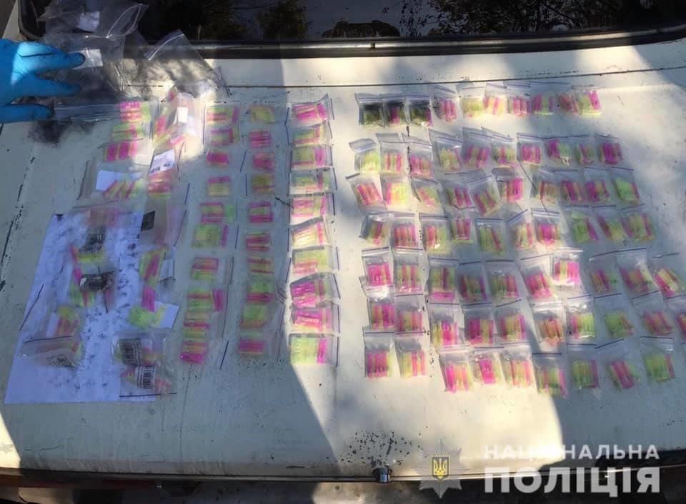 У наркоторговца на ВАЗе криворожские полицейские нашли тысячи контейнеров с наркотиками, фото-1