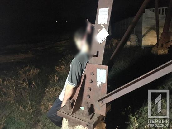 На Карнаватке криворожане обнаружили тело молодого мужчины, висевшее на электроопоре.  -  ФОТО 18+, фото-1