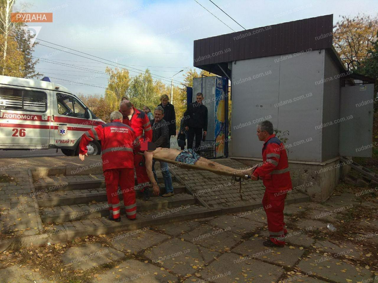 В Кривом Роге обнаженный мужчина выпал из окна, - ФОТО 18+, фото-1