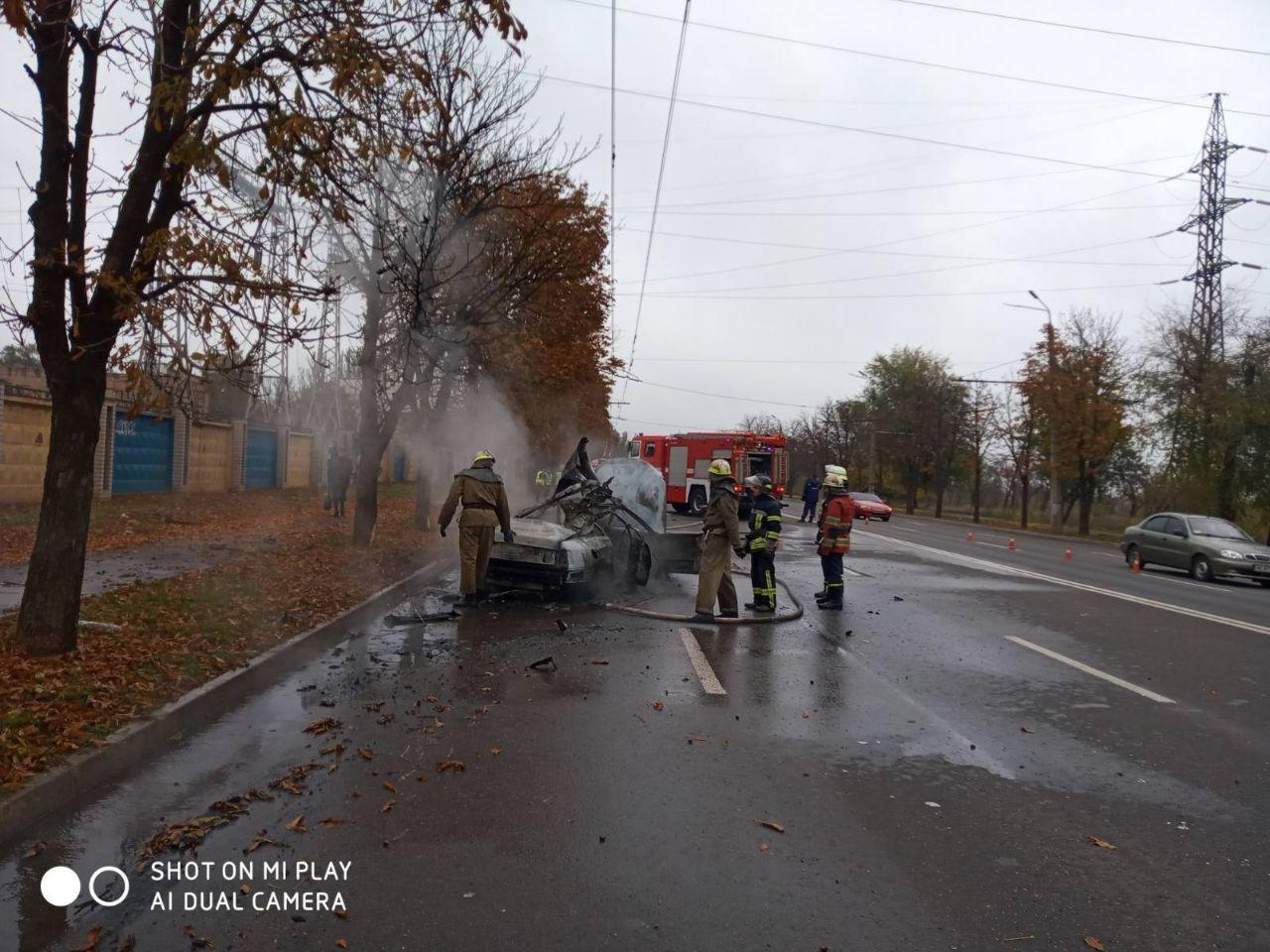 После столкновения с деревом в Кривом Роге сгорела иномарка. Водитель госпитализирована, - ФОТО, ВИДЕО, фото-4
