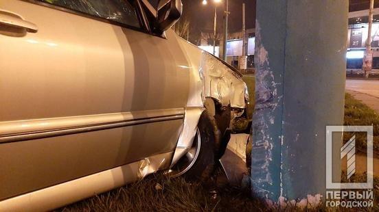 Водитель сбежал, от пассажиров разило алкоголем: на кольце 95-го в Кривом Роге иномарка влетела в столб, - ФОТО, фото-2