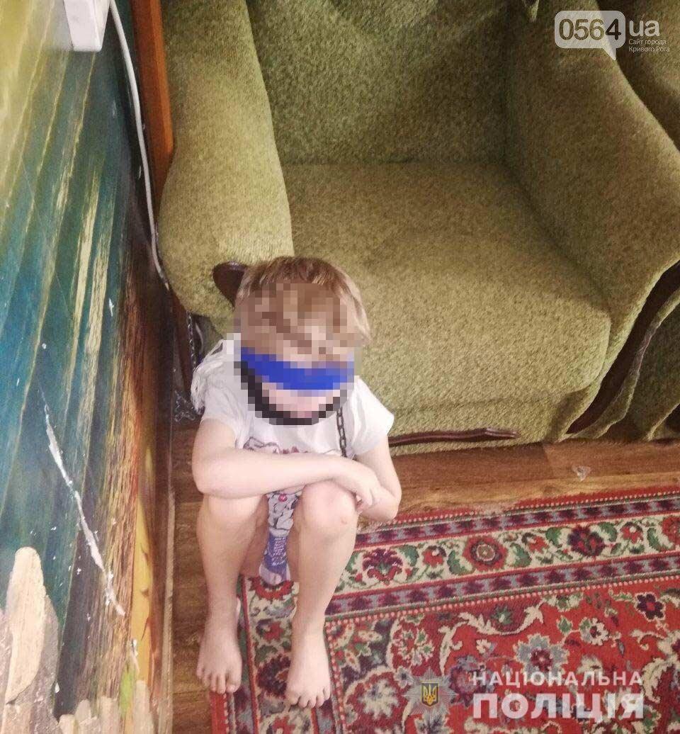 Опекун, приковывавшая подопечного малыша цепью за шею, оказалась завучем школы, фото-1