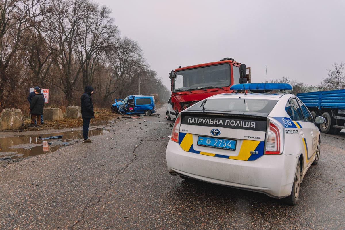 На Криворожской трассе тройное ДТП: спасатели вырезали из машин пострадавших, - ФОТО , фото-13