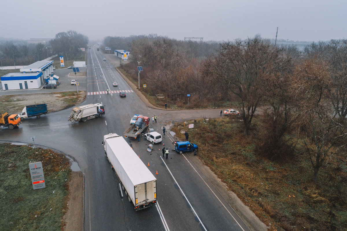 На Криворожской трассе тройное ДТП: спасатели вырезали из машин пострадавших, - ФОТО , фото-17