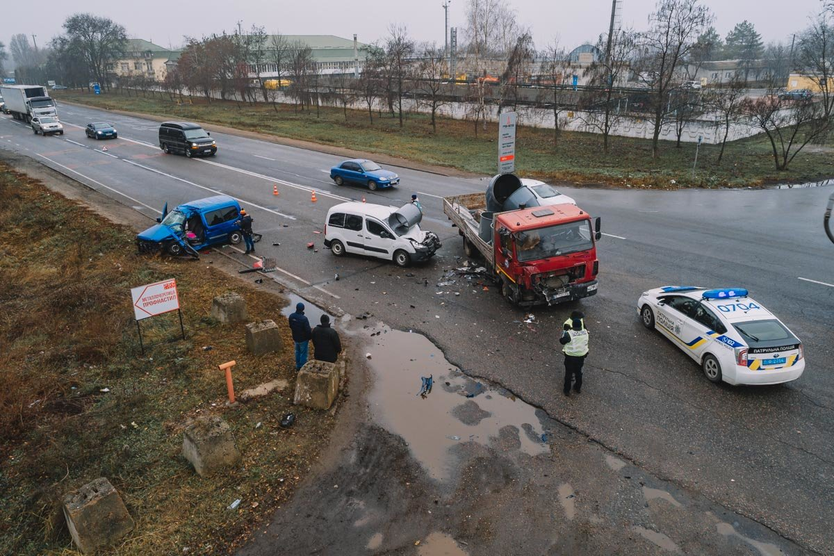 На Криворожской трассе тройное ДТП: спасатели вырезали из машин пострадавших, - ФОТО , фото-16