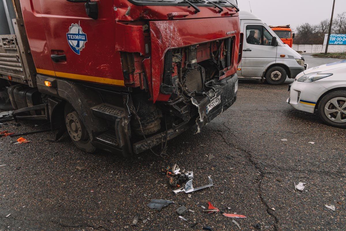 На Криворожской трассе тройное ДТП: спасатели вырезали из машин пострадавших, - ФОТО , фото-2
