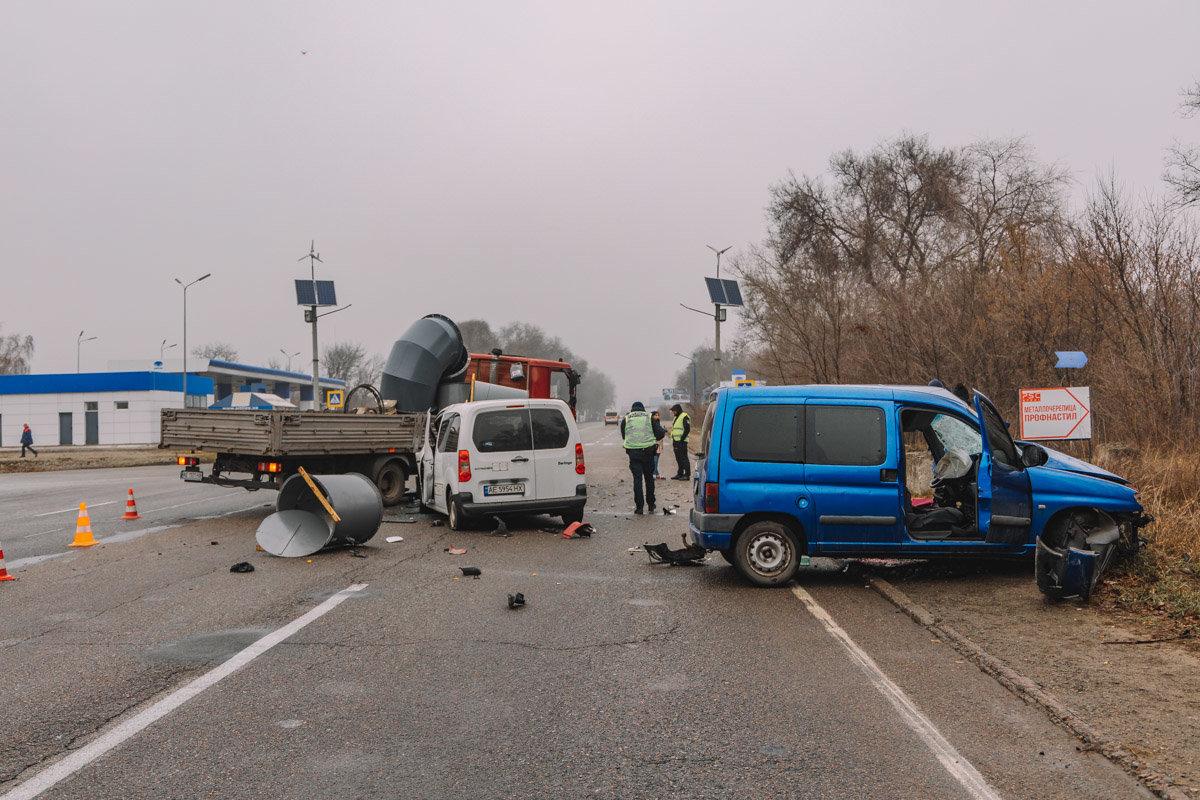 На Криворожской трассе тройное ДТП: спасатели вырезали из машин пострадавших, - ФОТО , фото-9