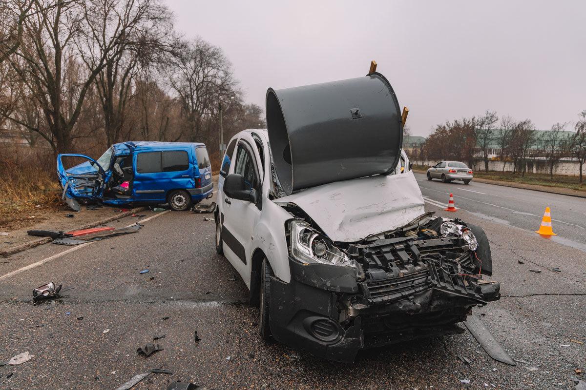 На Криворожской трассе тройное ДТП: спасатели вырезали из машин пострадавших, - ФОТО , фото-4