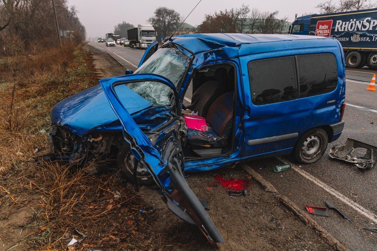 На Криворожской трассе тройное ДТП: спасатели вырезали из машин пострадавших, - ФОТО , фото-1