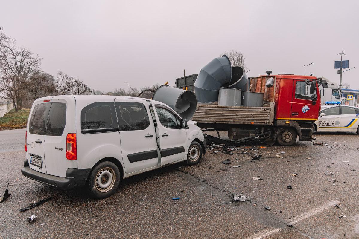 На Криворожской трассе тройное ДТП: спасатели вырезали из машин пострадавших, - ФОТО , фото-6