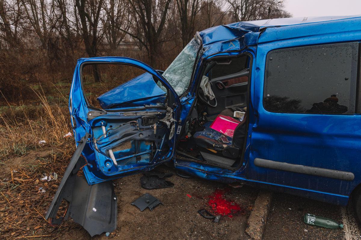 На Криворожской трассе тройное ДТП: спасатели вырезали из машин пострадавших, - ФОТО , фото-8