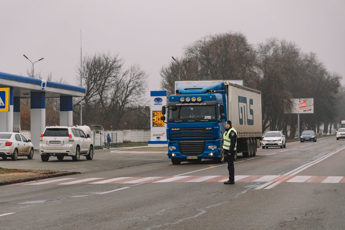 На Криворожской трассе тройное ДТП: спасатели вырезали из машин пострадавших, - ФОТО , фото-3