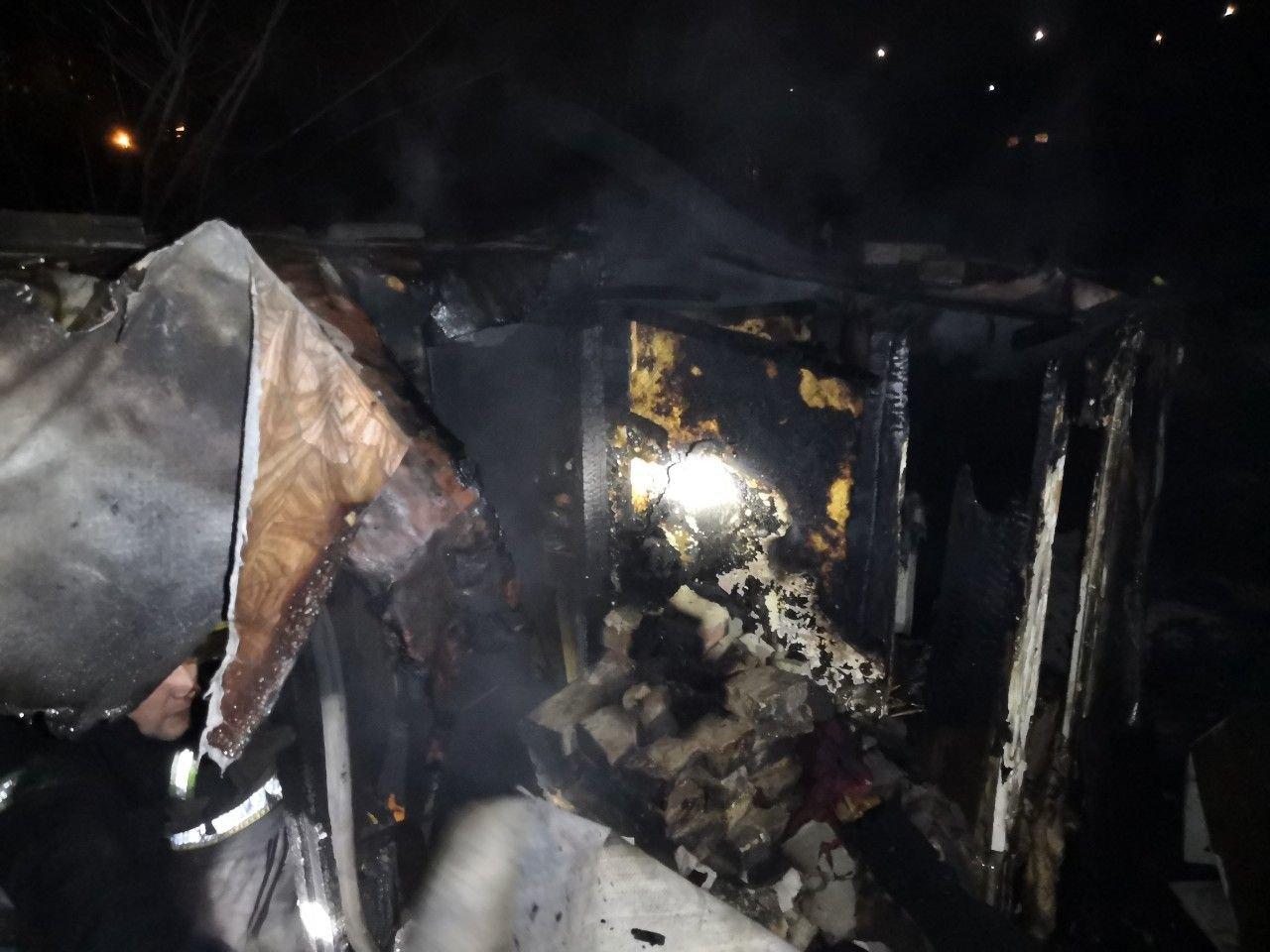 В Кривом Роге вечером 2 января полностью сгорела пристройка к дому, - ФОТО, фото-1