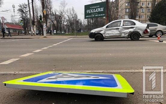 На проспекте 200-летия Кривому Рогу из-за столкновения двух иномарок снесены дорожные знаки, - ФОТО, фото-2