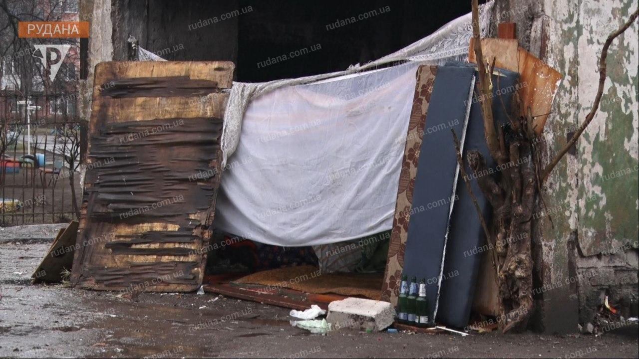 Криворожане сообщили чиновникам о семье, проживающей на мусорнике с 3-летней девочкой, - ФОТО, ВИДЕО , фото-1