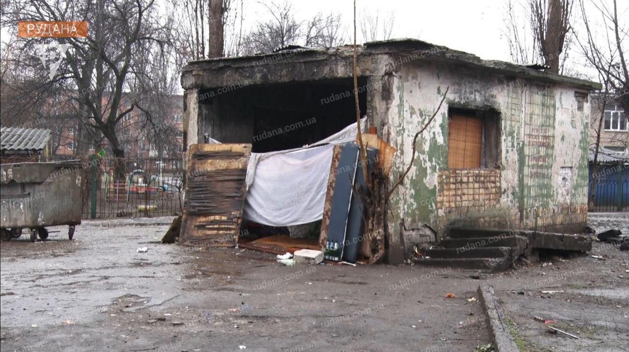Криворожане сообщили чиновникам о семье, проживающей на мусорнике с 3-летней девочкой, - ФОТО, ВИДЕО , фото-3