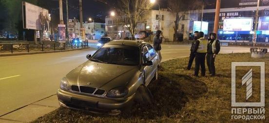 ДТП в Кривом Роге: водитель влетел на клумбу на кольце 95 квартала, - ФОТО , фото-2