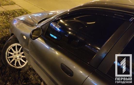 ДТП в Кривом Роге: водитель влетел на клумбу на кольце 95 квартала, - ФОТО , фото-1