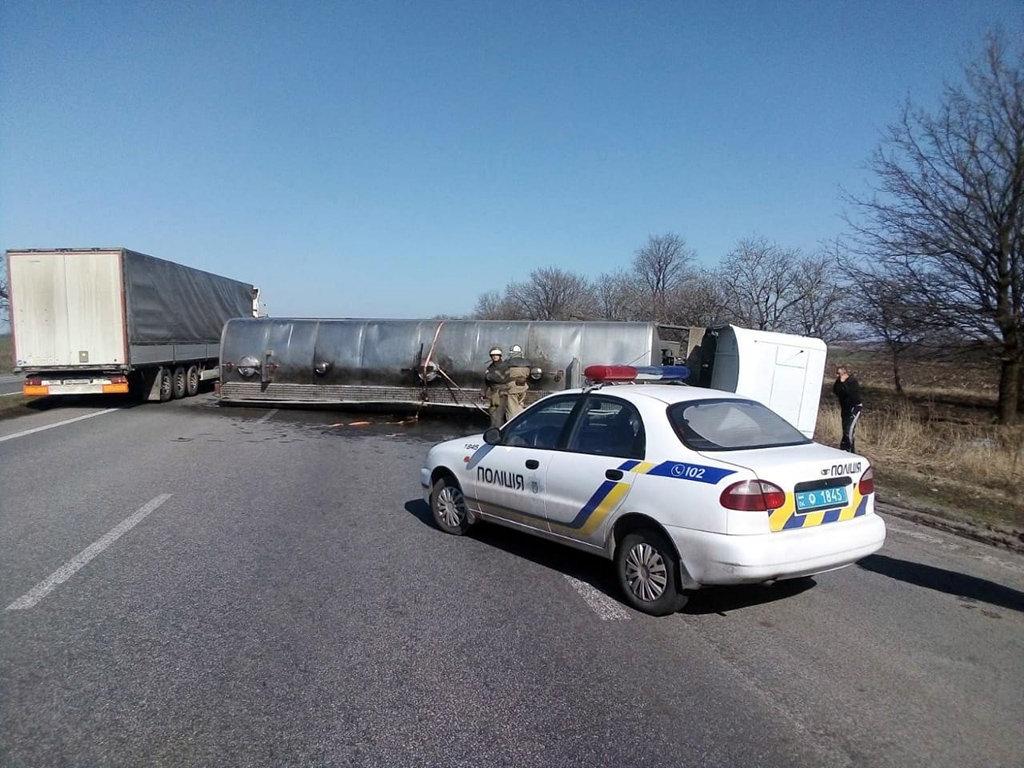 На Днепропетровщине перевернулся грузовик, на дорогу вылилось 10 тонн масла, - ФОТО, ВИДЕО, фото-3