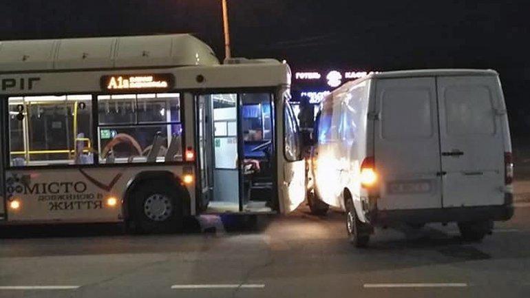 В Кривом Роге столкнулись грузовик и автобус. Пострадала пассажирка, - ФОТО, фото-1