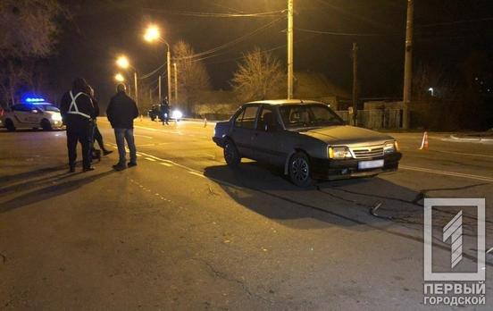 На спуске со Смычки Opel сбил  пожилую криворожанку, толкавшую коляску по проезжей части, фото-1