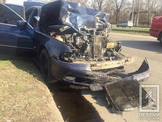 В Кривом Роге после столкновения с BMW перевернулся микроавтобус. Один водитель пострадал, второй сбежал, - ФОТО, фото-1