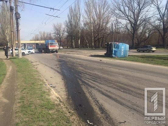 В Кривом Роге после столкновения с BMW перевернулся микроавтобус. Один водитель пострадал, второй сбежал, - ФОТО, фото-3